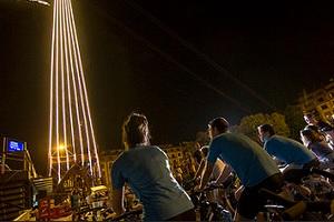 Iluminan el Puente Bizkaia con la energía de más de 1.200 ciclistas