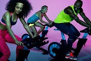 Clase de ciclismo indoor para competir en grupo