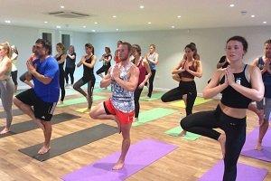 Programa de entrenamiento que fusiona HIIT y yoga