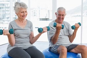 Entrenar 12 semanas mejora masa muscular y capacidad funcional en mayores